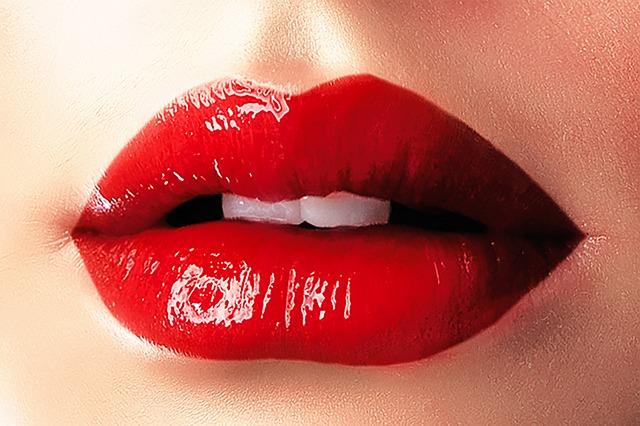 lips-1991471_640