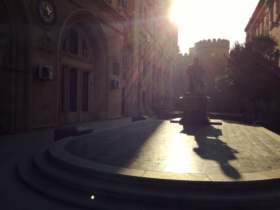 イスティグラリヤット・ストリートからみる旧市街(銅像のうしろ方面が旧市街)