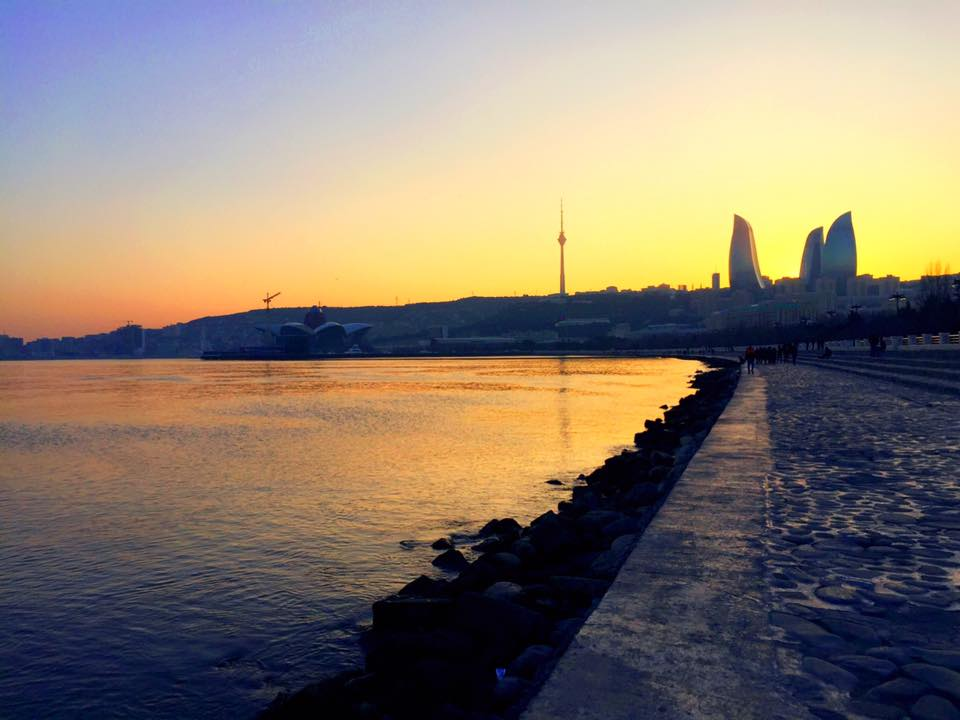 カスピ海の夕暮れ。3つのビル群「フレームタワー」は未来都市バクーの繁栄のシンボルで別名「炎のタワー」