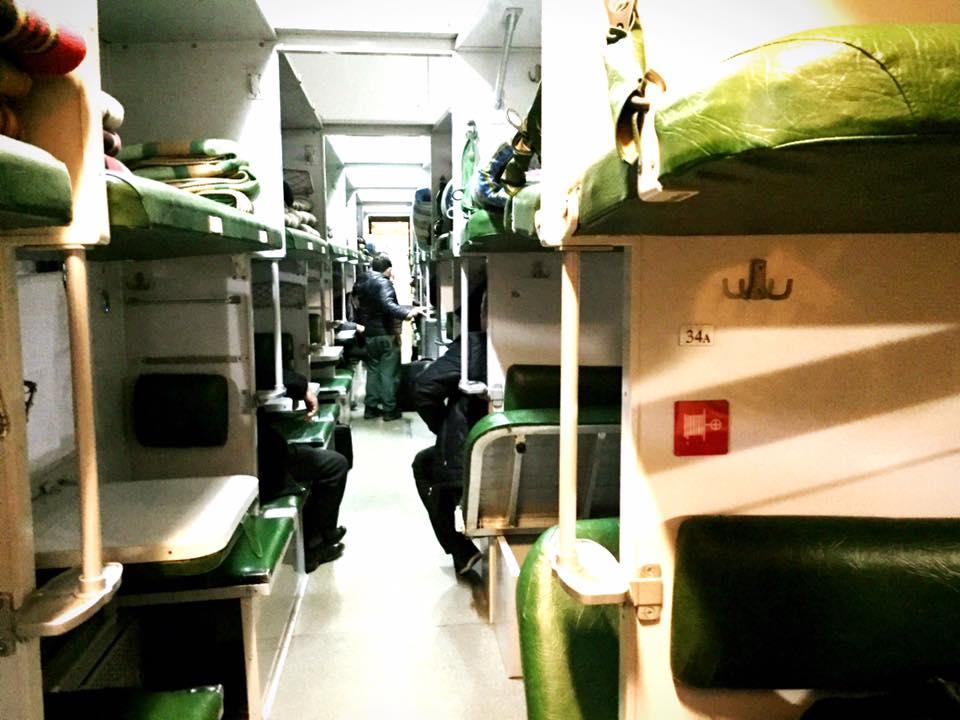 3等車両。座席の下に荷物を入れるようになっている。左側の白いテーブルはたたむとフラットにベッドとなる。