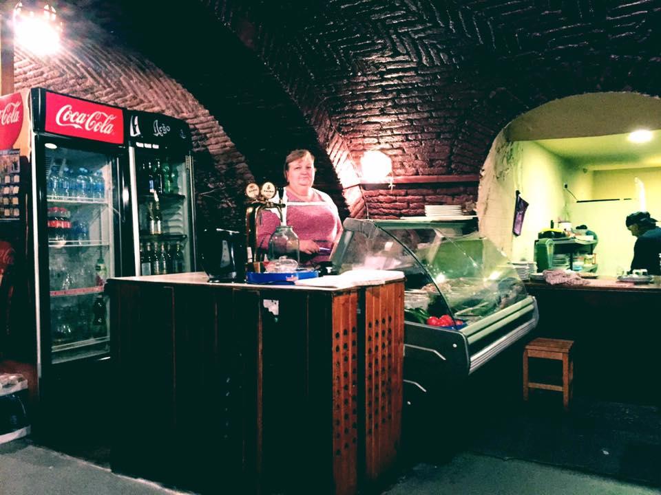 トビリシ Mikheil Lermontovi St にあるレストラン「Racha(ラチャ)」の店内とママ