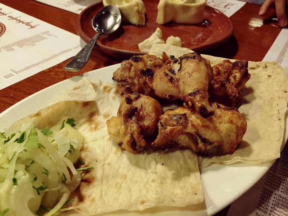 肉を直火で焼いてくれる「Artashi Mot」。注文したのはチキン。