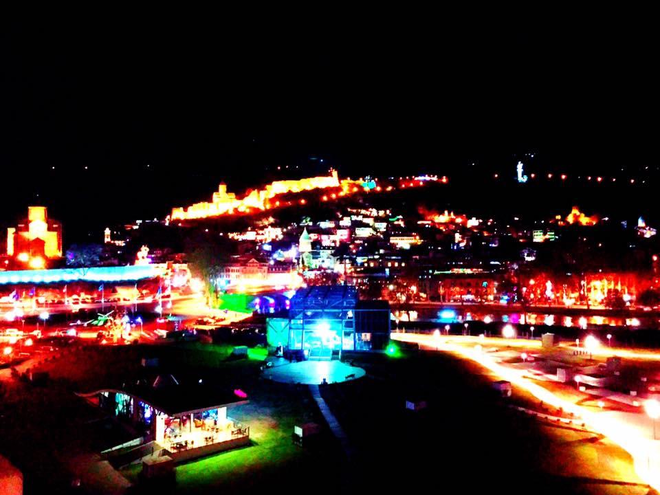 上の写真、トビリシの夕焼けを撮った場所と同じところからの夜景。