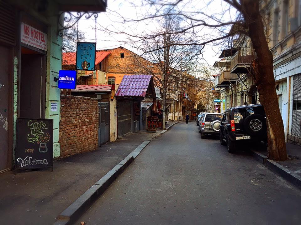 トビリシ旧市街のまちなみ。「MS Hostel」が建つ Anton Katalikosi St
