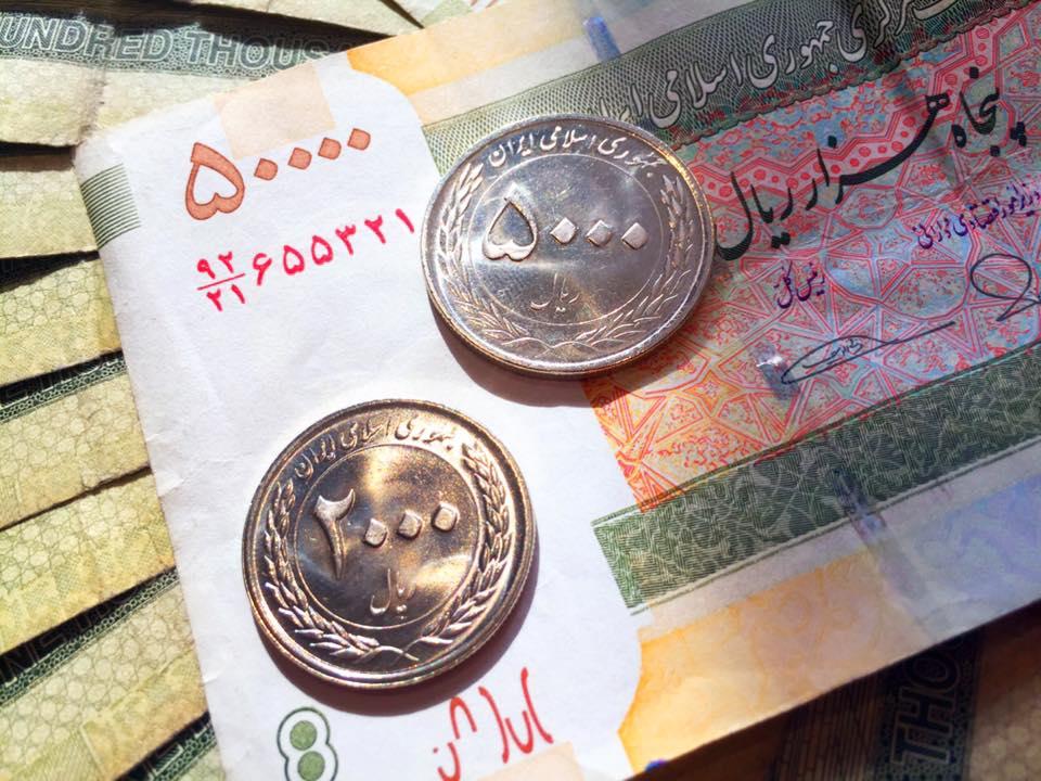 イランリアル。50000リアル札と硬貨の5000リアルと2000リアル。