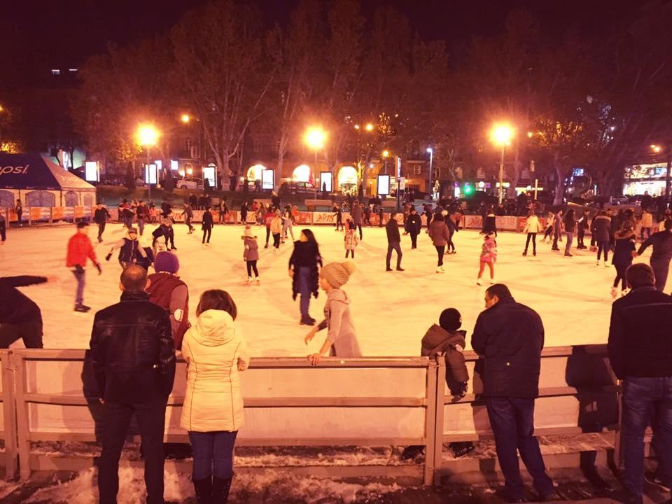 エレバン・オペラ劇場の横にあるアイススケート場