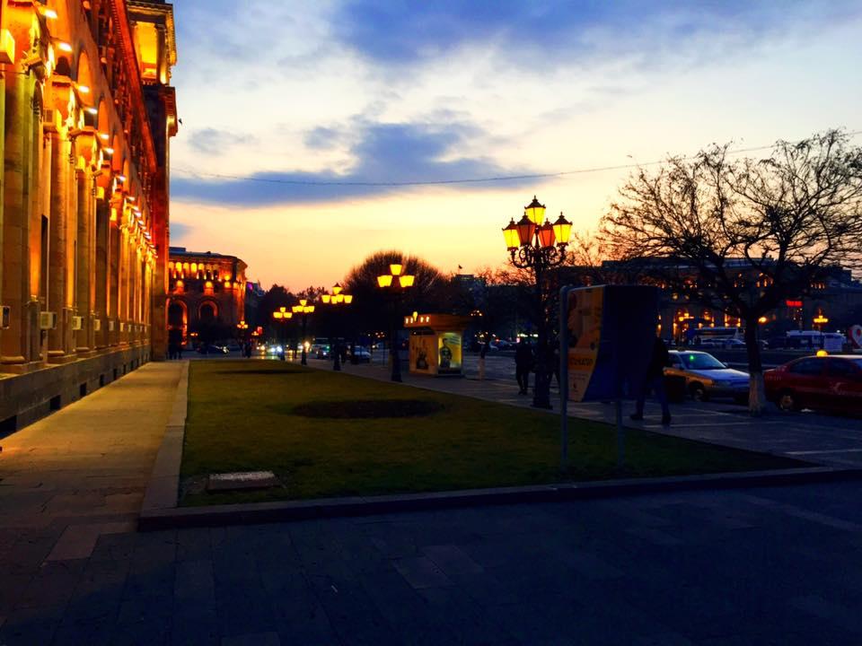 アルメニア・エレバンのメイン共和広場の夕暮れ