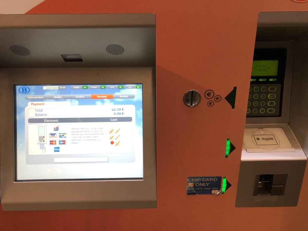 英語表示あり。地下にある券売機